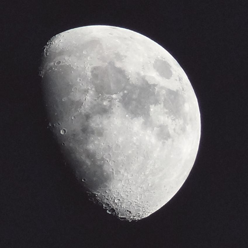 The moon tonight, up close and 300mm personal. #moon #phototweet #photographyel #astro